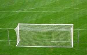 Fußballtor kaufen. Ein Großes Feldtor auf einen Fußballfeld